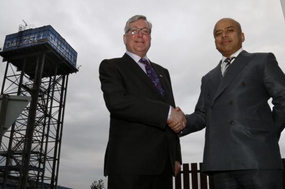 Sanjeev Gupta (rechts), de enige aandeelhouder van Liberty, is goed thuis in politieke middens. Hier poseert hij naast de Schotse minister van Economie, Fergus Ewing (foto Scottish Government, Flickr)