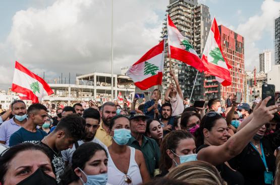 Vier dagen na de dubbele explosie die een deel van Beiroet vernielde, kwam het volk terug op straat om te protesteren tegen de passiviteit van de politieke leiders en hun verantwoordelijkheden in het drama aan te klagen. Onder druk van de volkswoede moesten de regering en een deel van het parlement ontslag nemen. (Foto Belga)