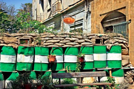 Een scherpe lijn doorkruist Cyprus. Ze scheidt Grieks-Cyprioten en Turks-Cyprioten en loopt midden door de hoofdstad Nicosia. (Foto Heracles Kritikos/Shutterstock)