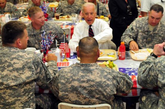 """Joe Biden op bezoek bij de VS-troepen in Irak. """"Ik stemde voor de invasie in Irak en ik zou dat opnieuw doen"""", zei hij in augustus 2003. (Foto The U.S. Army, Flickr)"""