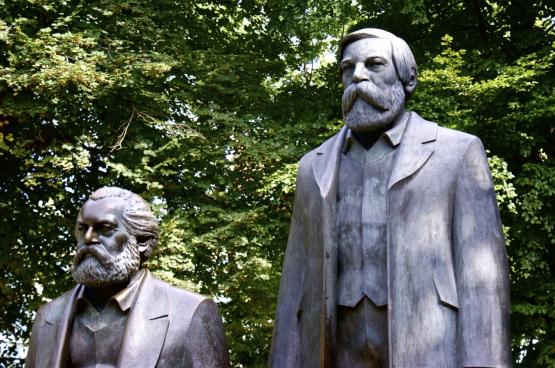 Standbeeld van Engels en Marx in Berlijn (Foto SocialBedia, Flickr)