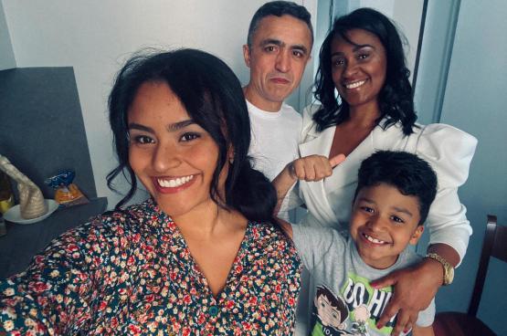 De familie Silva: Simone, Osmar, Caroline en Lorenzo. In augustus stierf Osmar op een bouwwerf, als gevolg van een gebrek aan bescherming. In 2020 vallen er in België nog altijd doden op het werk. (Foto DR)