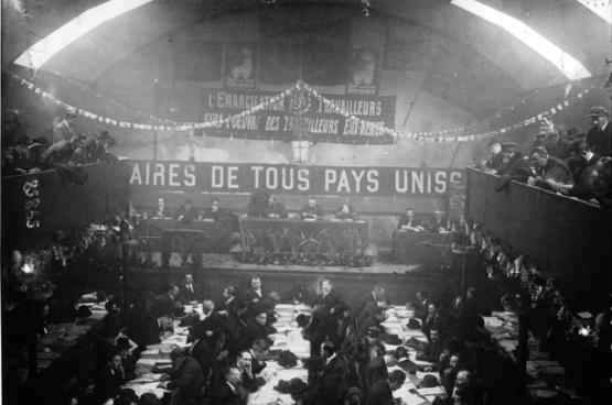 Congres van de Franse afdeling van de Arbeiders Internationale (SFIO) in december 1920 in Tours. Een meerderheid van de afgevaardigden (meer dan een derde) keert de socialistische Europese leiders de rug toe, omdat die de Eerste Wereldoorlog steunden. Ze treden toe tot de Communistische Internationale, die een jaar eerder werd opgericht. (Foto nationale bibliotheek van Frankrijk)