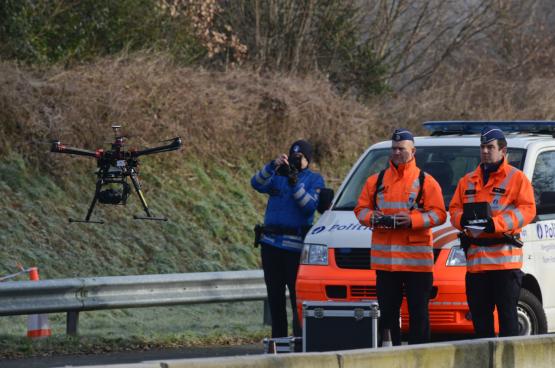 Mag de politie met drones de terrassen en tuinen afsporen naar vuurkorven en terrasverwarmers? Het idee zorgde voor polemiek in december. (Foto Belga)