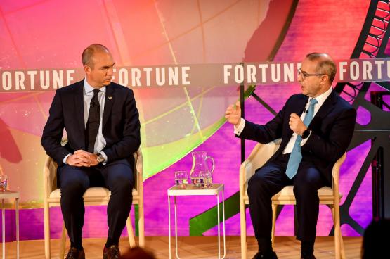 McKinsey CEO Kevin Sneader (rechts) op het Fortune Global Forum in 2019 (Foto Stuart Isett)