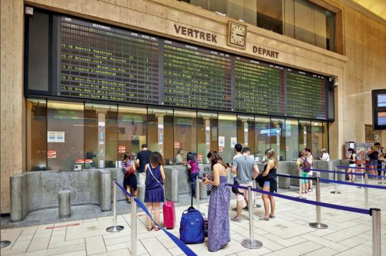 Vandaag zijn grote stations winkelcentra geworden. De NMBS bekijkt ze alleen nog door de bril van de rendabiliteit. In plaats van deze financiële logica te volgen, zouden stations knooppunten moeten zijn van dienstverlening dicht bij huis. (Foto Bruce Hirschick, Flickr)