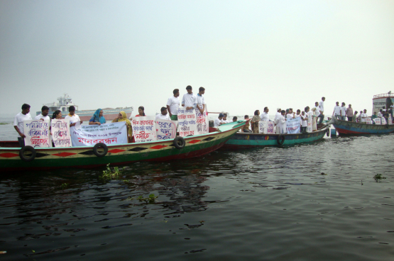 Protestactie in Bangladesh tegen de extreme vervuiling van rivieren. De verantwoordelijkheid wordt al te makkelijk doorgeschoven naar de slachtoffers. (Foto Transparency International)