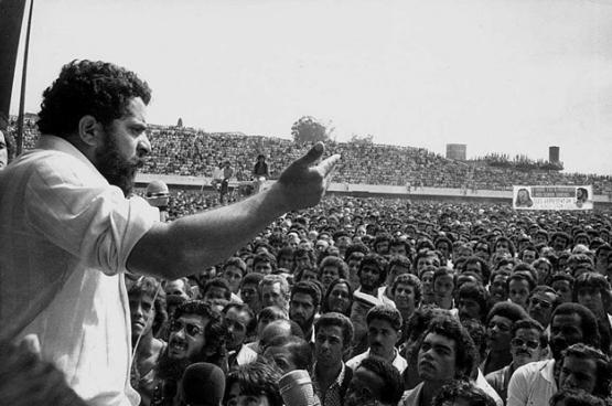 Lula, die alvorens president te worden arbeider en syndicaal leider was, spreekt stakende arbeiders toe in 1979. (Foto Wikimedia Commons)