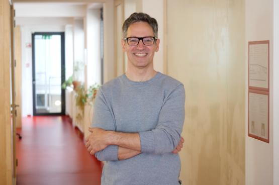 Kim De Witte is pensioenspecialist van de PVDA. Hij heeft een plan om ons minder lang te laten werken. (Foto Solidair, Jennifer Lemaire)