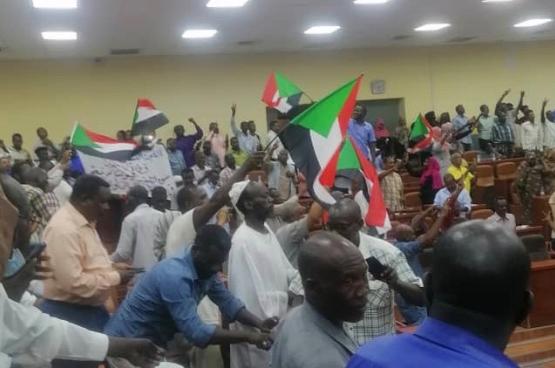Demonstranten verzamelen zich bij het Empowerment Dismantling Committee in Khartoum nadat de veiligheidstroepen zich hebben teruggetrokken. Foto: Hala